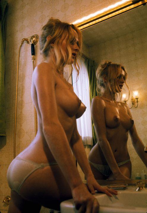 Deux lezzies sexy dans la salle de bain