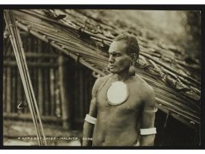 A Roas Bay chief, Malaita, Solomons, John Watt Beattie (1859 – 1930), Île de Malaita, photographie prise en 1906